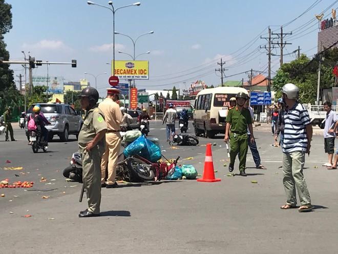 Xe khách vượt đèn đỏ tông hàng loạt xe máy, ít nhất 6 người bị thương - Ảnh 1.
