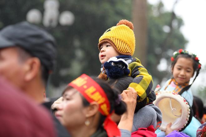 Người dân háo hức xem lễ hội đua thuyền rồng đầu tiên trên hồ Tây - Ảnh 21.
