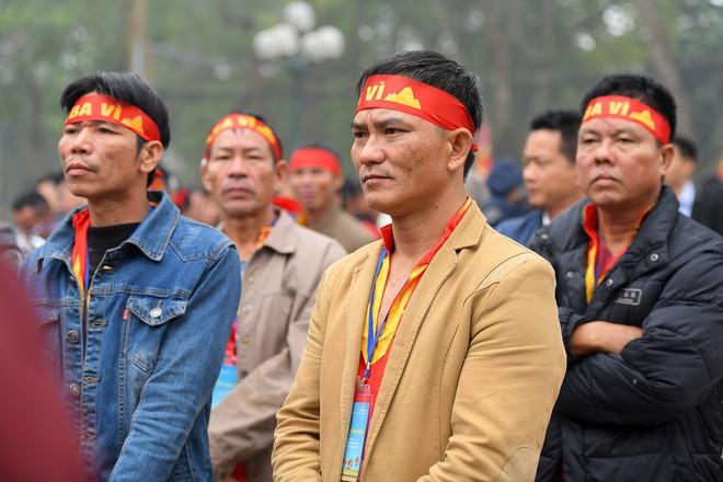 Người dân háo hức xem lễ hội đua thuyền rồng đầu tiên trên hồ Tây - Ảnh 7.