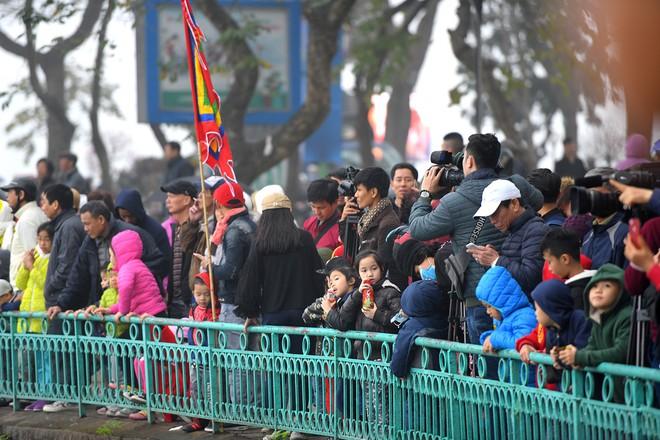 Người dân háo hức xem lễ hội đua thuyền rồng đầu tiên trên hồ Tây - Ảnh 2.