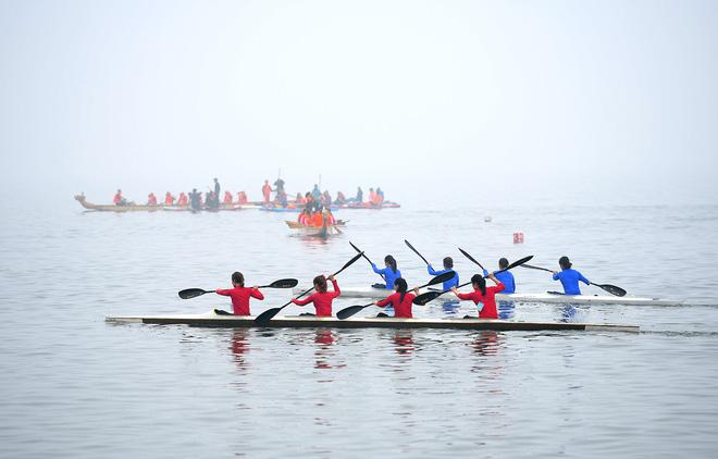 Người dân háo hức xem lễ hội đua thuyền rồng đầu tiên trên hồ Tây - Ảnh 9.