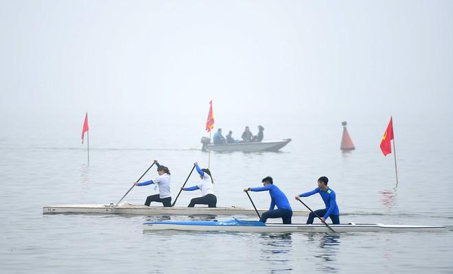 Người dân háo hức xem lễ hội đua thuyền rồng đầu tiên trên hồ Tây - Ảnh 8.