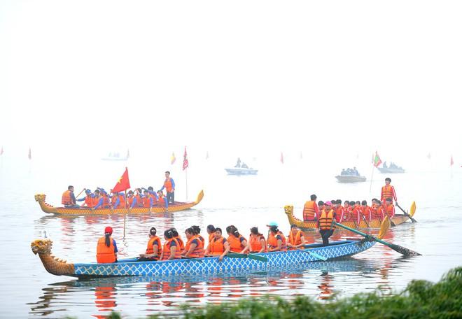 Người dân háo hức xem lễ hội đua thuyền rồng đầu tiên trên hồ Tây - Ảnh 1.