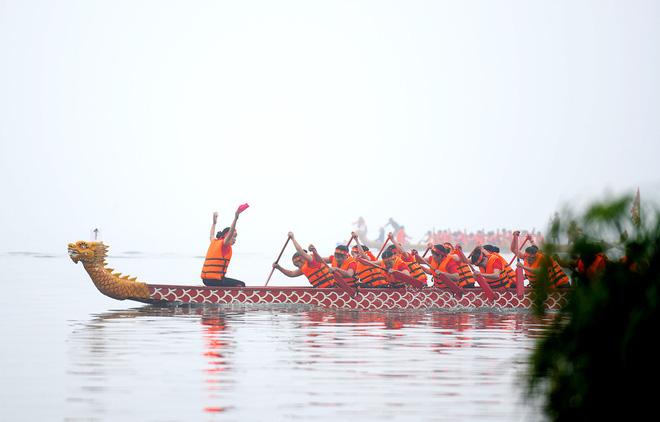 Người dân háo hức xem lễ hội đua thuyền rồng đầu tiên trên hồ Tây - Ảnh 14.