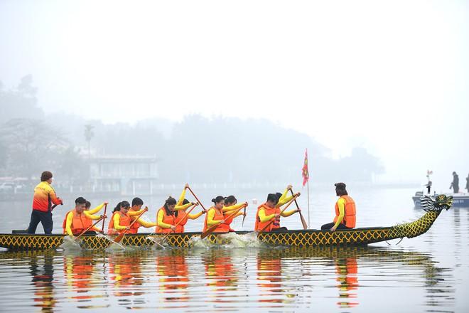 Người dân háo hức xem lễ hội đua thuyền rồng đầu tiên trên hồ Tây - Ảnh 11.