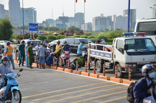 Ngã vào làn đường ô tô, nam thanh niên bị xe tải cán tử vong ở Sài Gòn - Ảnh 1.