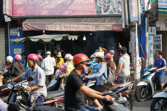 Người dân Sài Gòn đổ xô đi mua hàng nghìn con cá lóc nướng cúng vía Thần Tài - Ảnh 1.