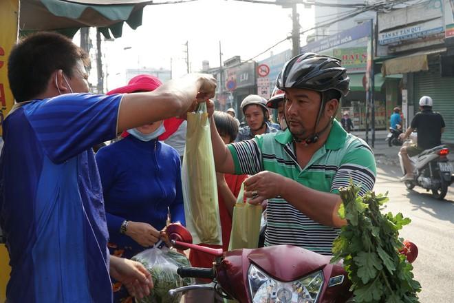 Người dân Sài Gòn đổ xô đi mua hàng nghìn con cá lóc nướng cúng vía Thần Tài - Ảnh 13.