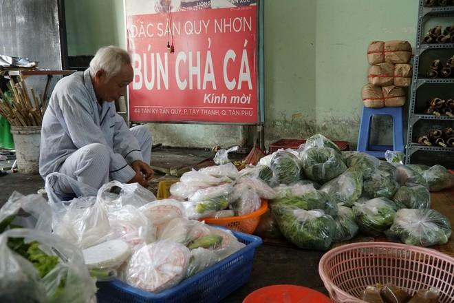 Người dân Sài Gòn đổ xô đi mua hàng nghìn con cá lóc nướng cúng vía Thần Tài - Ảnh 6.