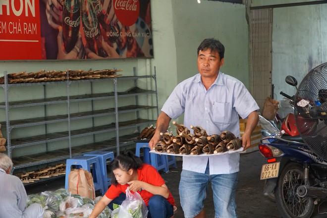 Người dân Sài Gòn đổ xô đi mua hàng nghìn con cá lóc nướng cúng vía Thần Tài - Ảnh 3.