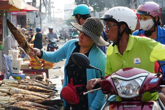 Người dân Sài Gòn đổ xô đi mua hàng nghìn con cá lóc nướng cúng vía Thần Tài - Ảnh 2.