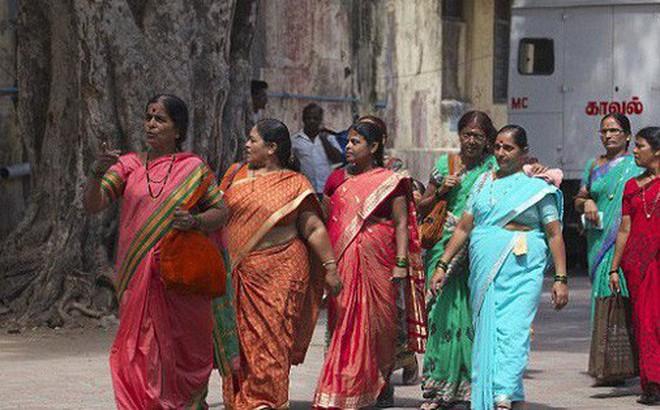 Chủ trương người nghèo cũng có quyền được đẹp, chính quyền bang cho phụ nữ đi nâng ngực miễn phí