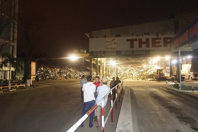 Người dân Đà Nẵng trắng đêm bao vây nhà máy thép gây ô nhiễm - Ảnh 1.