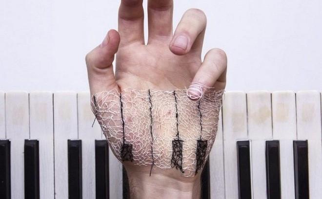 Xuyên chỉ lên chính da tay để tạo nên những bức hình nghệ thuật ám ảnh người xem
