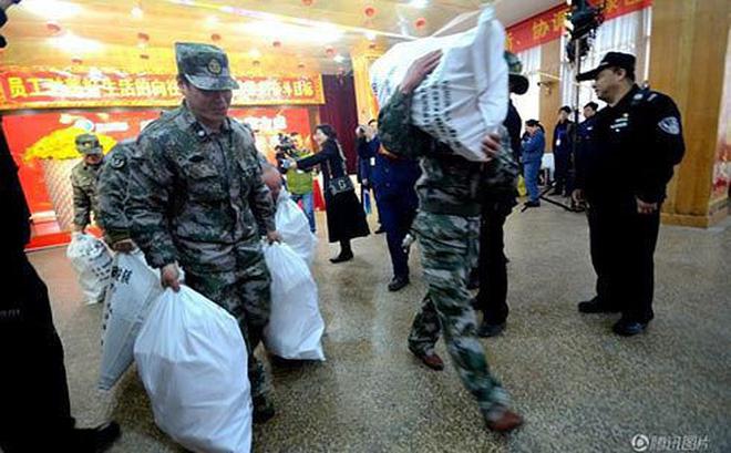 Nhân viên công ty Trung Quốc nhận tiền thưởng Tết bằng bao tải