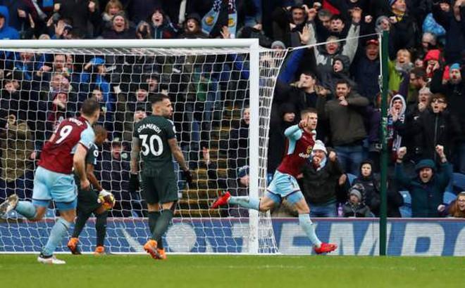 Man City sảy chân, gieo hi vọng mong manh cho Man United