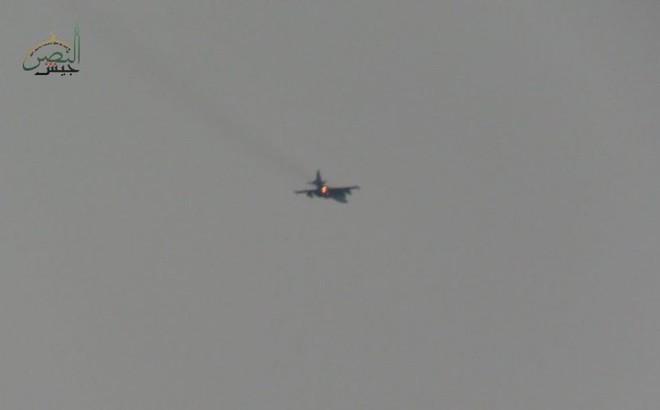 NÓNG: Phiến quân Syria bắn rơi cường kích Su-25 của Nga, phi công bị hành quyết