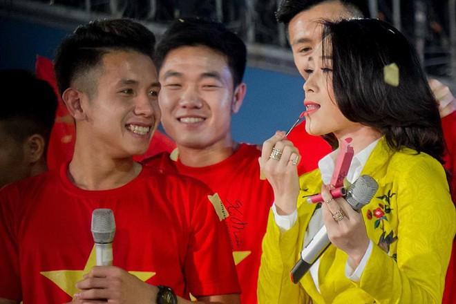 Hành động đáng yêu của Mỹ Tâm khi được cầu thủ U23 Việt Nam tặng quà - Ảnh 4.