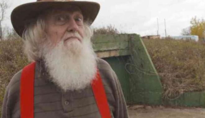 Lão điên bị mắng chửi vì đem chôn 42 chiếc xe buýt, sau 35 năm không ai có thể tin vào mắt mình khi ghé thăm cái hố này - Ảnh 1.