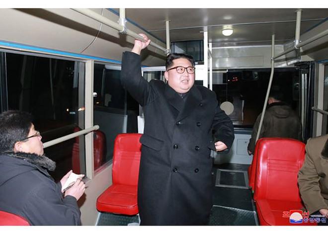 Ông Kim Jong-un và vợ ngồi xe điện dạo phố đêm Bình Nhưỡng - Ảnh 1.
