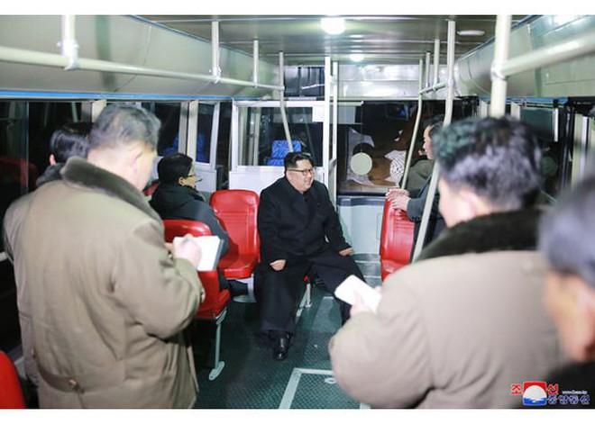 Ông Kim Jong-un và vợ ngồi xe điện dạo phố đêm Bình Nhưỡng - Ảnh 2.