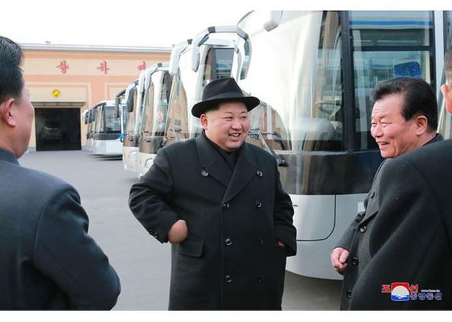 Ông Kim Jong-un và vợ ngồi xe điện dạo phố đêm Bình Nhưỡng - Ảnh 14.