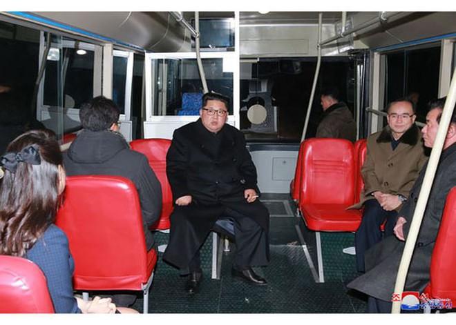 Ông Kim Jong-un và vợ ngồi xe điện dạo phố đêm Bình Nhưỡng - Ảnh 7.