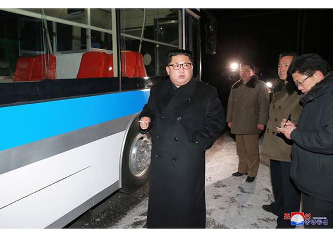 Ông Kim Jong-un và vợ ngồi xe điện dạo phố đêm Bình Nhưỡng - Ảnh 4.