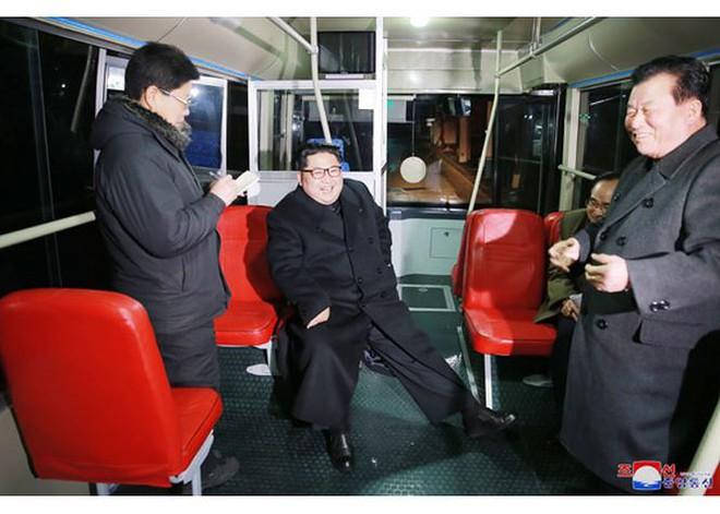 Ông Kim Jong-un và vợ ngồi xe điện dạo phố đêm Bình Nhưỡng - Ảnh 5.
