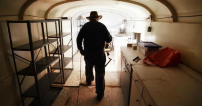 Lão điên bị mắng chửi vì đem chôn 42 chiếc xe buýt, sau 35 năm không ai có thể tin vào mắt mình khi ghé thăm cái hố này - Ảnh 6.