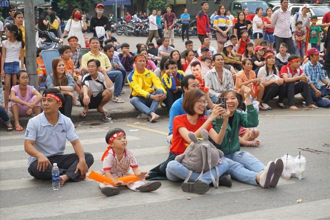 Giao lưu với U23 Việt Nam, CĐV bị bãi xe chặt chém 50.000 đồng/chiếc - Ảnh 5.