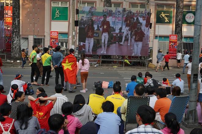 Giao lưu với U23 Việt Nam, CĐV bị bãi xe chặt chém 50.000 đồng/chiếc - Ảnh 6.