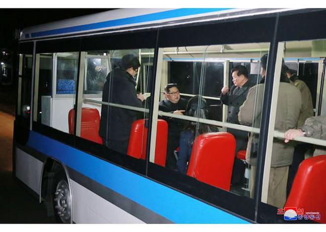 Ông Kim Jong-un và vợ ngồi xe điện dạo phố đêm Bình Nhưỡng - Ảnh 6.