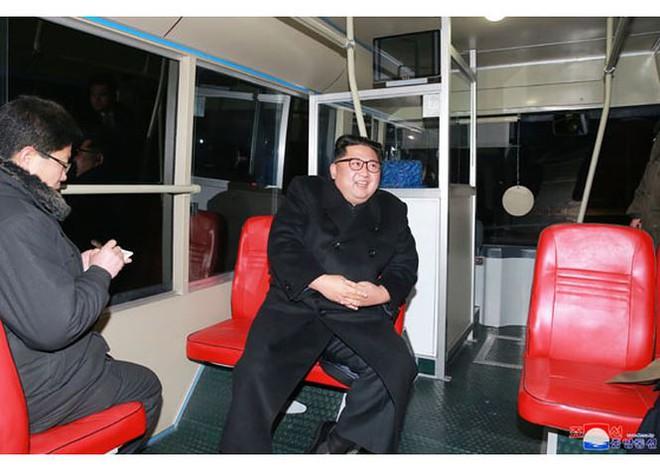 Ông Kim Jong-un và vợ ngồi xe điện dạo phố đêm Bình Nhưỡng - Ảnh 3.