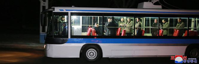 Ông Kim Jong-un và vợ ngồi xe điện dạo phố đêm Bình Nhưỡng - Ảnh 8.