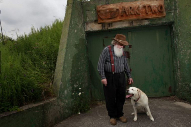 Lão điên bị mắng chửi vì đem chôn 42 chiếc xe buýt, sau 35 năm không ai có thể tin vào mắt mình khi ghé thăm cái hố này - Ảnh 9.