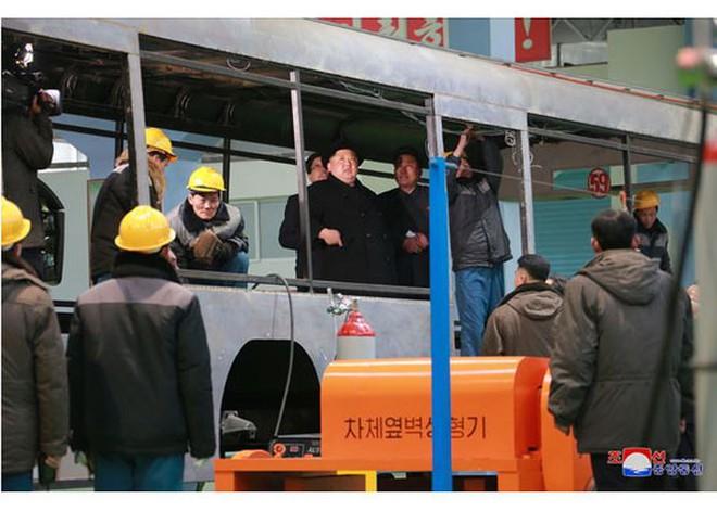 Ông Kim Jong-un và vợ ngồi xe điện dạo phố đêm Bình Nhưỡng - Ảnh 9.