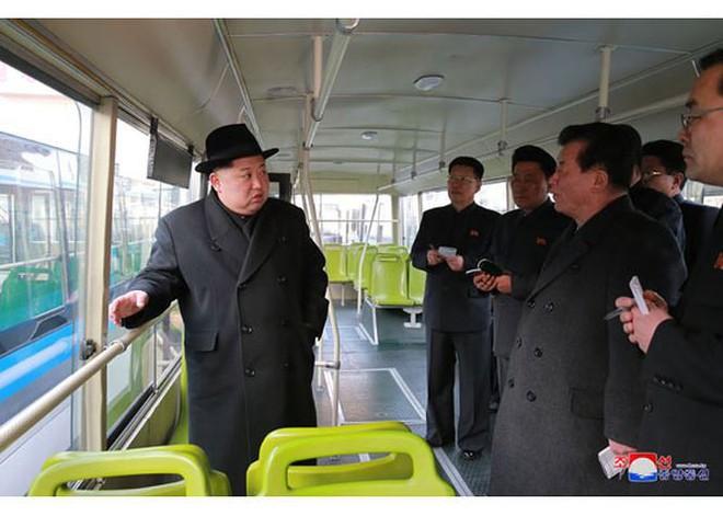 Ông Kim Jong-un và vợ ngồi xe điện dạo phố đêm Bình Nhưỡng - Ảnh 10.