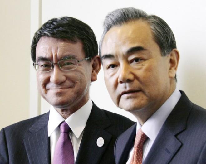 Chụp ảnh selfie với bà Hoa Xuân Oánh, Ngoại trưởng Nhật gặp rắc rối - Ảnh 1.