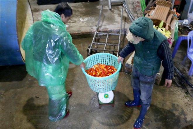 Chợ cá lớn nhất Hà Nội rực vàng trước ngày cúng ông Công ông Táo - Ảnh 3.