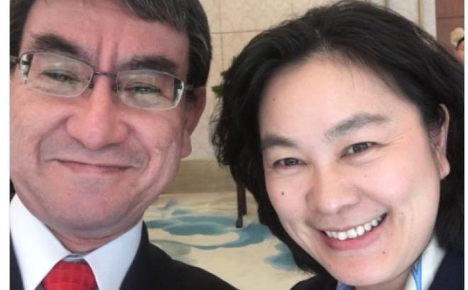 Chụp ảnh selfie với bà Hoa Xuân Oánh, Ngoại trưởng Nhật gặp rắc rối