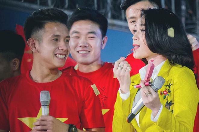 Chỉ duy nhất Mỹ Tâm làm được điều tuyệt vời này khi xuất hiện cùng U23 Việt Nam - Ảnh 7.