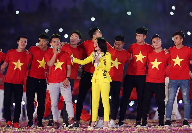 Chỉ duy nhất Mỹ Tâm làm được điều tuyệt vời này khi xuất hiện cùng U23 Việt Nam - Ảnh 6.