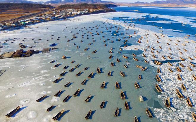 24h qua ảnh: Đoàn thuyền đánh cá mắc kẹt trên mặt nước đóng băng ở Trung Quốc