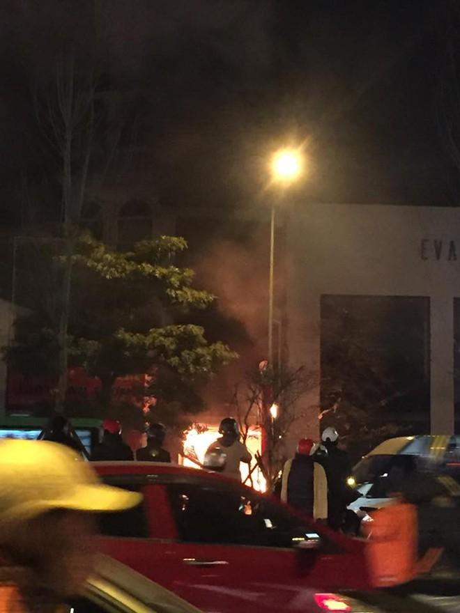 Cháy lớn trên phố Trần Duy Hưng - Ảnh 7.