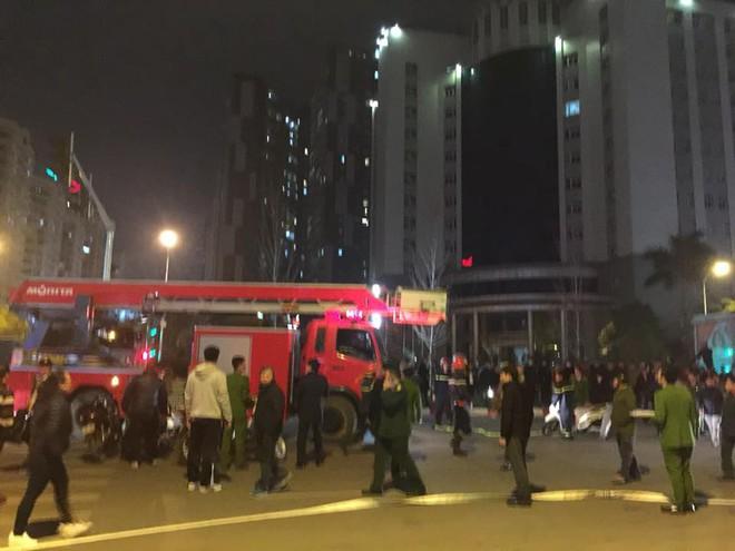 Cháy lớn trên phố Trần Duy Hưng - Ảnh 8.