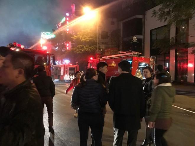 Cháy lớn trên phố Trần Duy Hưng - Ảnh 3.
