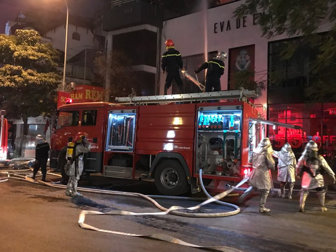 Cháy lớn trên phố Trần Duy Hưng - Ảnh 4.
