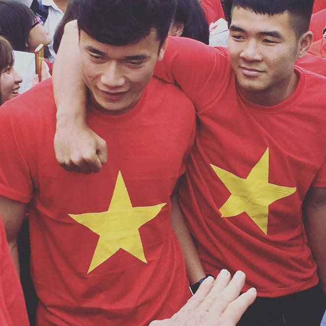 Những khoảnh khắc ngoài sân cỏ giữa các cầu thủ U23 Việt Nam khiến CĐV ghép đôi nhiệt tình - Ảnh 4.