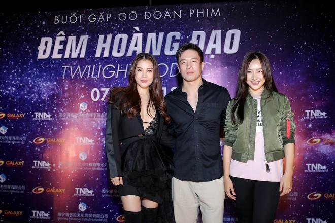 Trương Ngọc Ánh khoe vẻ nóng bỏng bên mỹ nam phim hành động châu Á - Ảnh 2.